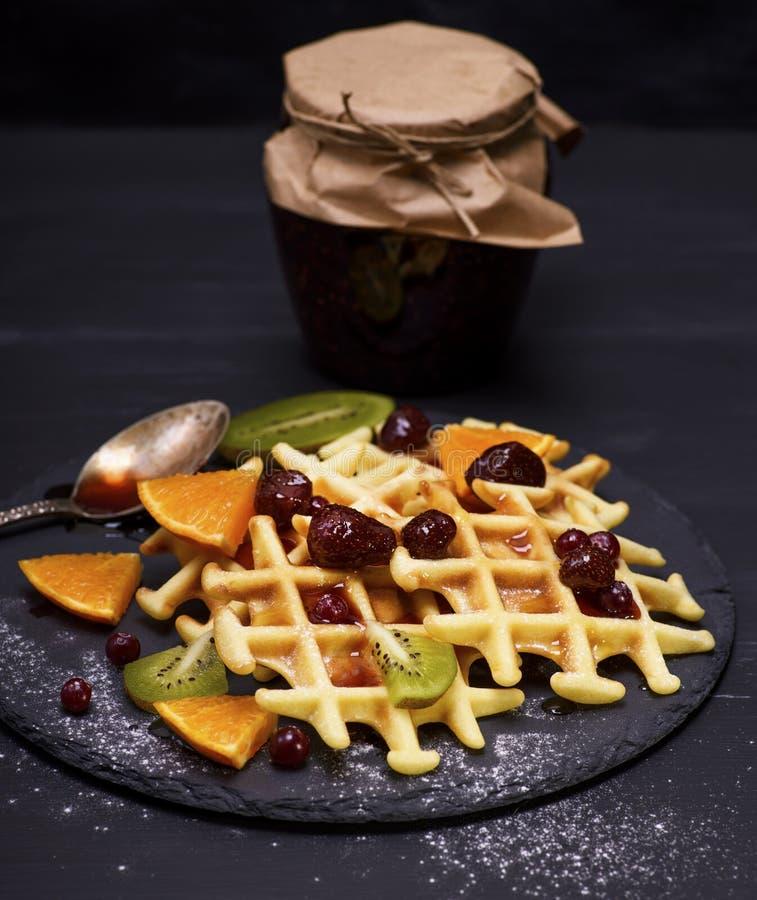 Gebakken Belgische wafels met jam en verse vruchten stock foto's