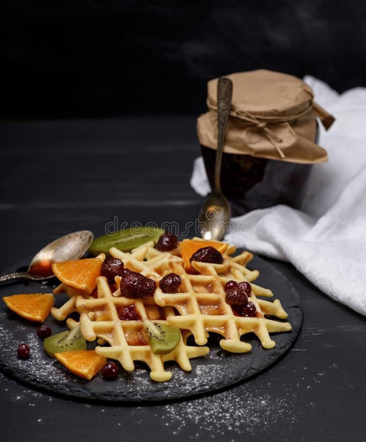 Gebakken Belgische wafels met jam en verse vruchten royalty-vrije stock afbeelding