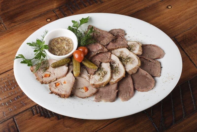 Gebakken braadstukrundvlees, kippenbroodjes, tong en varkensvleesvlees royalty-vrije stock afbeelding