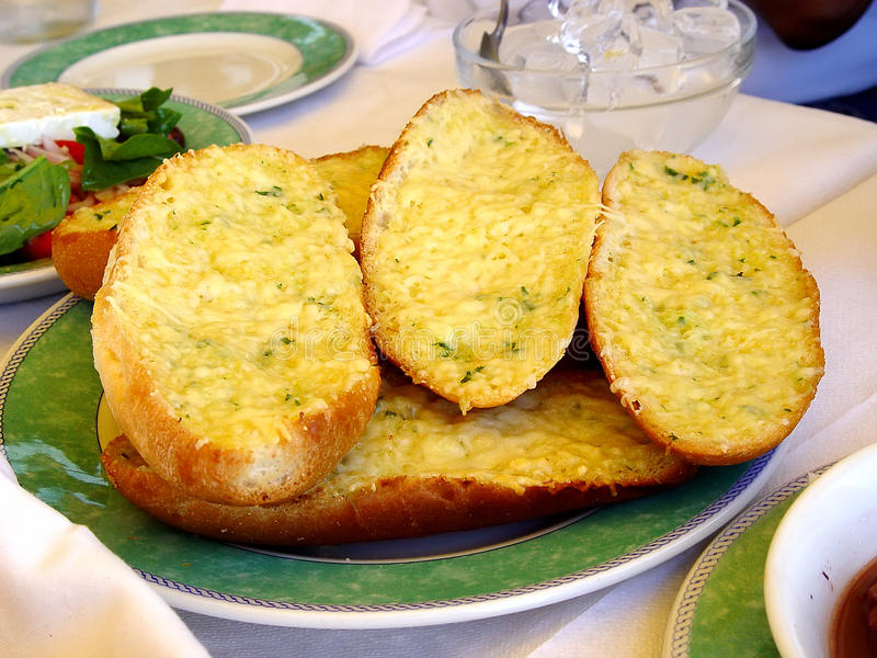 Gebakken brood met knoflook, peterselie en kaas royalty-vrije stock afbeelding