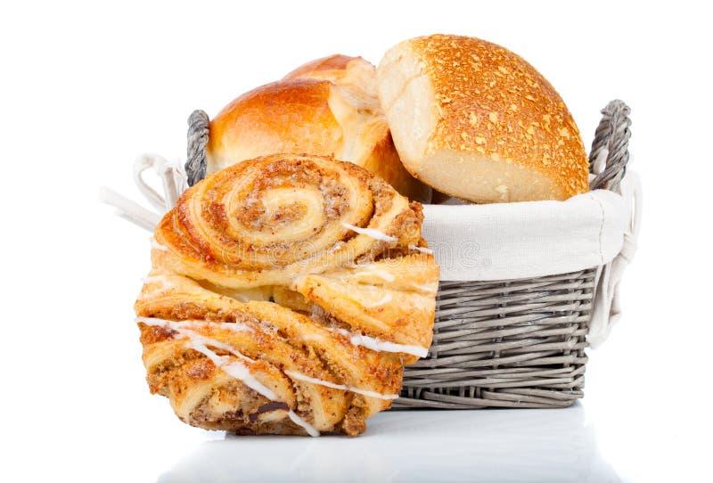 Gebakken broodbroodje in mand royalty-vrije stock foto's