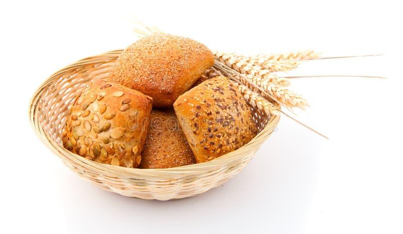 Gebakken broodbroodje in mand stock afbeeldingen
