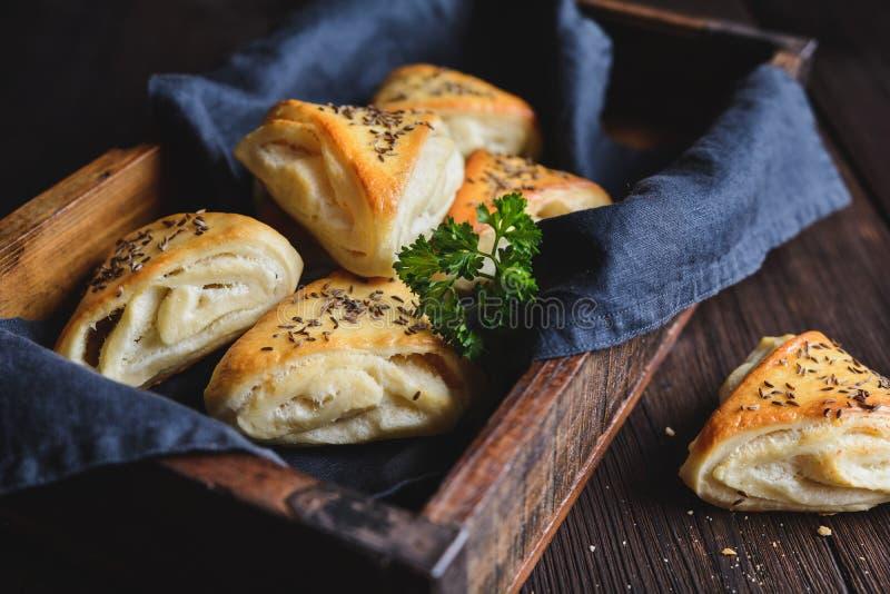 Gebakken broodjes met de kaas van de schapenmelk het vullen royalty-vrije stock fotografie