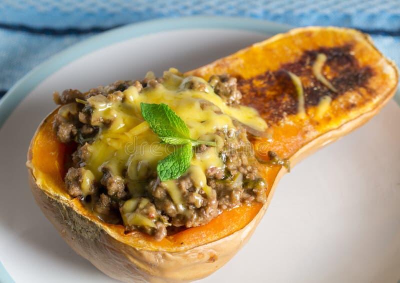 Gebakken butternut gevuld met linzen, hak vlees en groenten fijn stock afbeeldingen