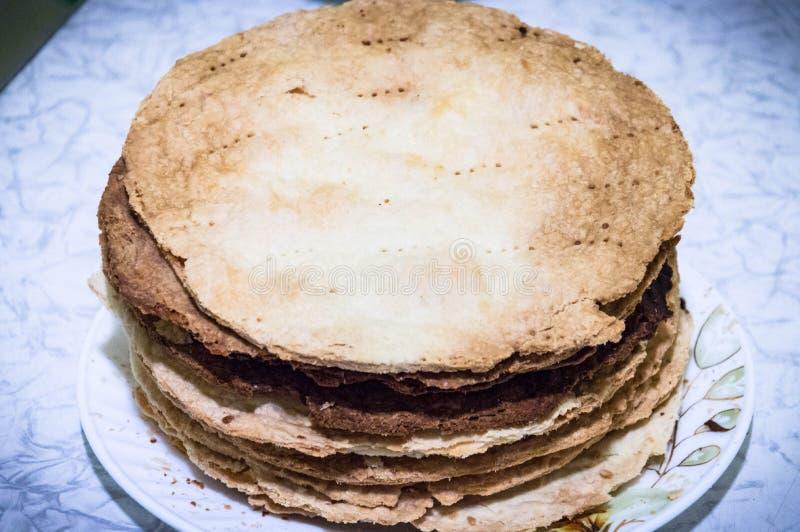 Gebakken cakes voor een cake Napoleon stock fotografie