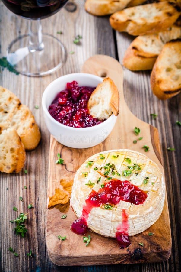 Gebakken camembert met Amerikaanse veenbessaus en thyme royalty-vrije stock afbeelding