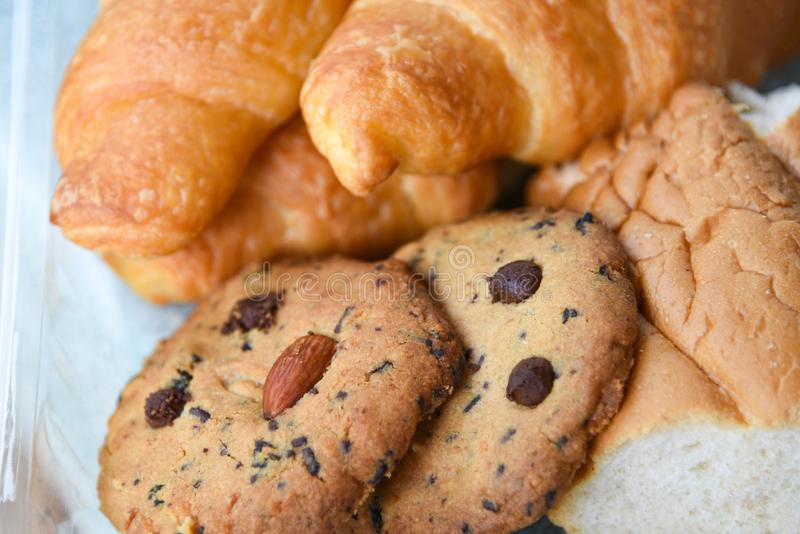 Gebakken croissantsbakkerij en koekjes eigengemaakt ontbijt stock afbeelding