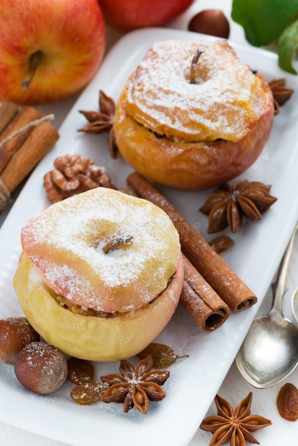 Gebakken die appelen met gedroogd fruit, noten en kwark worden gevuld stock fotografie