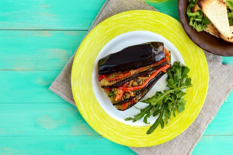 Gebakken die aubergineplakken met groenten worden gevuld Het tevredenstellen van veganistschotel royalty-vrije stock foto's