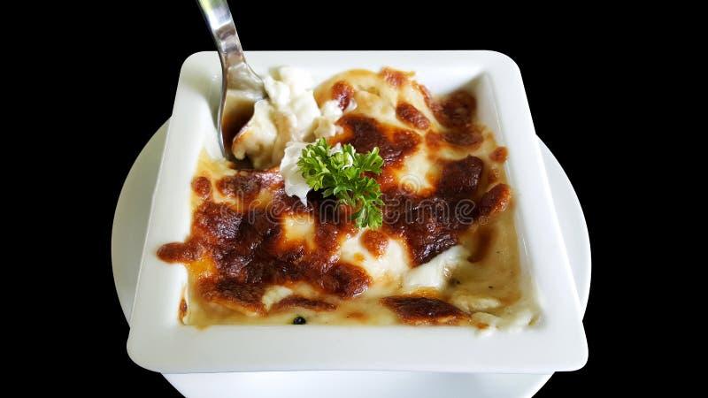 Gebakken die spinazie met kaas, het knippen deel op zwarte achtergrond wordt geïsoleerd royalty-vrije stock afbeelding