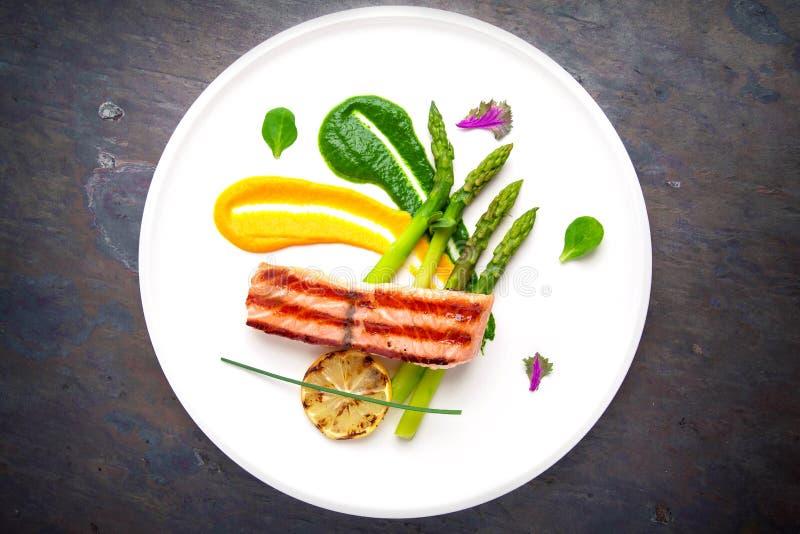Gebakken die zalm met asperge wordt versierd Italiaans restaurant menu stock fotografie