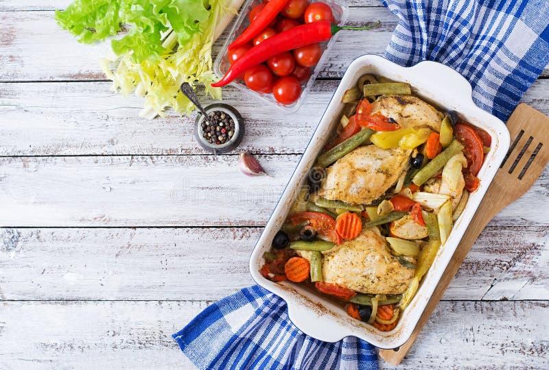 Gebakken, dieet en gezond een kippenfilet met groenten stock foto