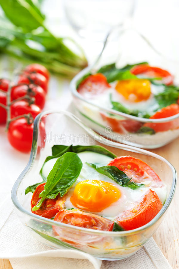 Gebakken ei met tomaten en spinazie stock fotografie