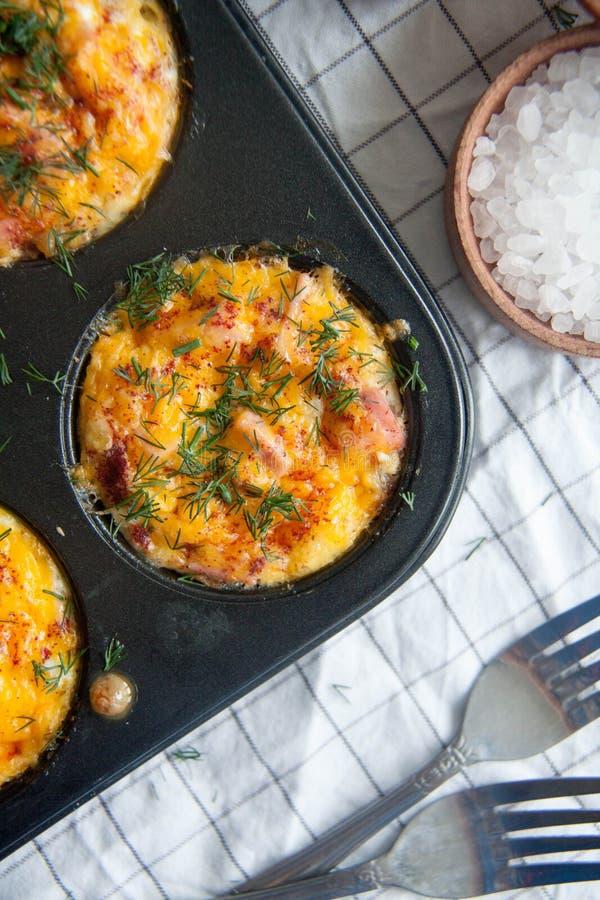 Gebakken eieren met worst, kaas en dille stock afbeelding