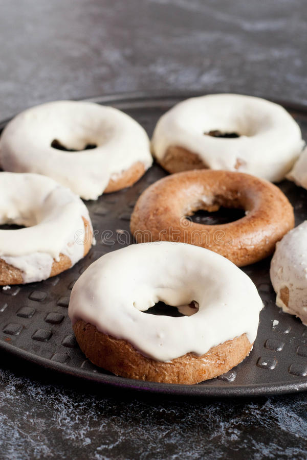 Gebakken eigengemaakt donuts royalty-vrije stock afbeelding