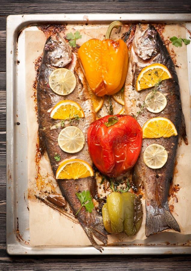 Gebakken forelvissen met groenten stock afbeeldingen