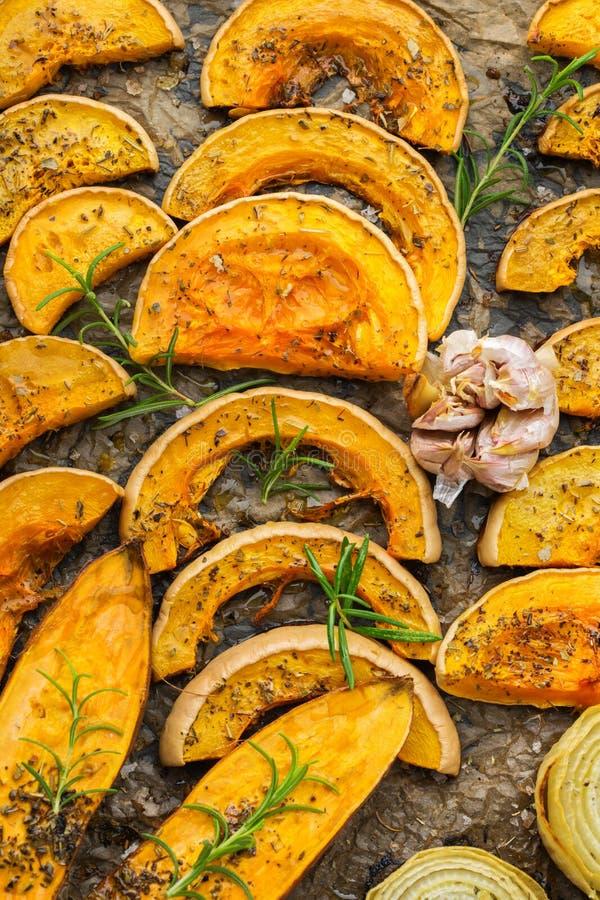 Gebakken geroosterde geroosterde oranje pompoen butternut pompoen en bataat stock foto