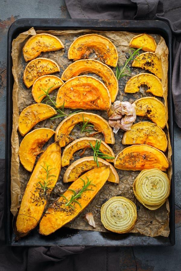 Gebakken geroosterde geroosterde oranje pompoen butternut pompoen en bataat stock fotografie