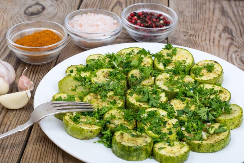 Gebakken groenten: courgette, aubergine op plaat op houten lijst V royalty-vrije stock fotografie