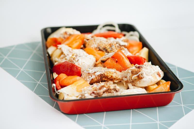Gebakken kip met groenten en mayonaise stock foto