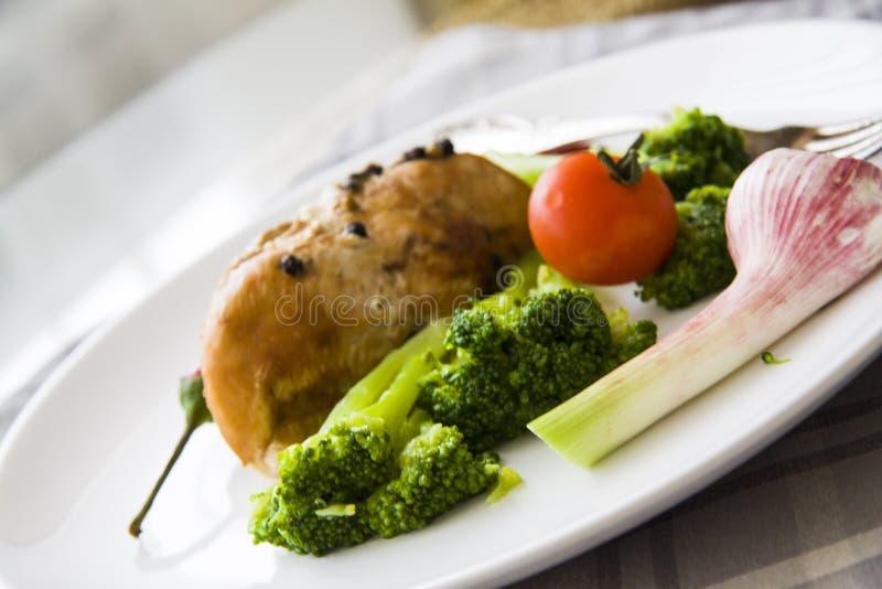 Gebakken kip met groenten: sportvoedsel royalty-vrije stock foto's