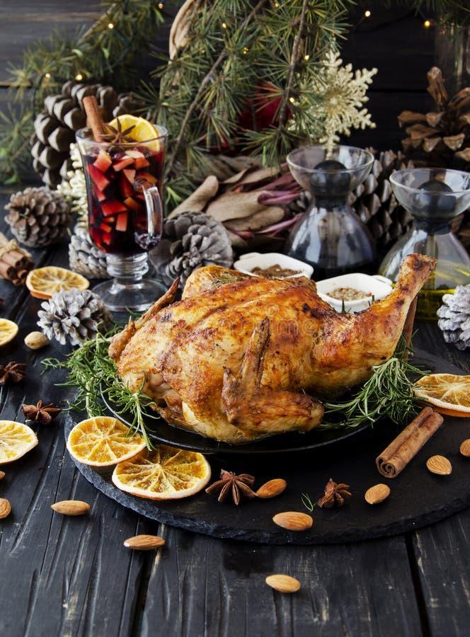 Gebakken kip voor Kerstmis of Nieuwjaar stock afbeeldingen