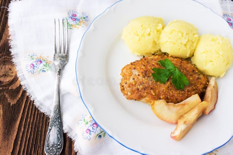 Gebakken kippenkotelet met appelen stock foto's