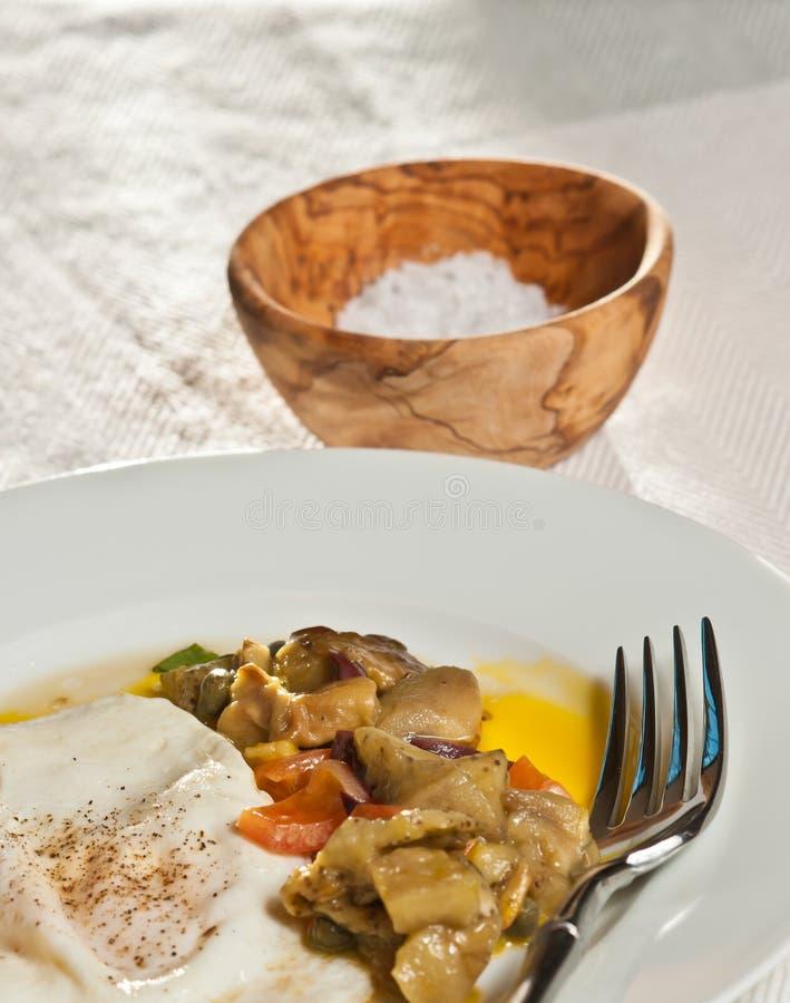 Gebakken, mediterraan ei met gehakte organische tomaten en aubergine stock foto's