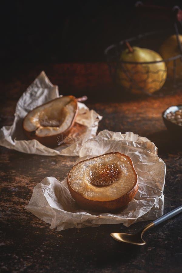 Gebakken peer met honing Vers eigengemaakt dessert Voedselsamenstelling in rustig stock afbeelding