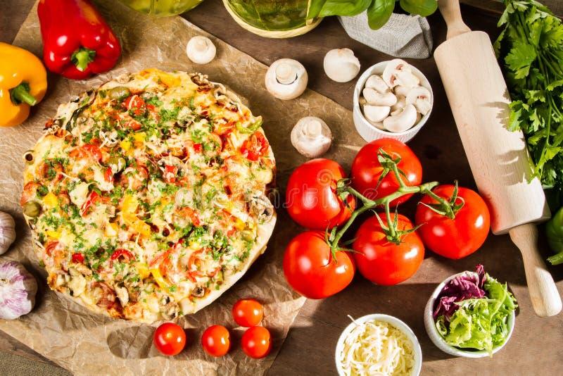 Gebakken pizza en ingrediënten stock foto