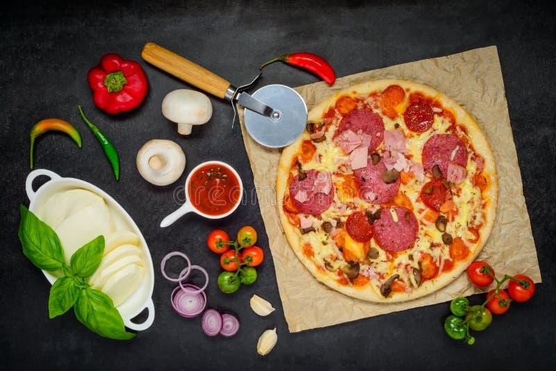 Gebakken Pizza met het Koken van Ingrediënten en Groenten stock foto's