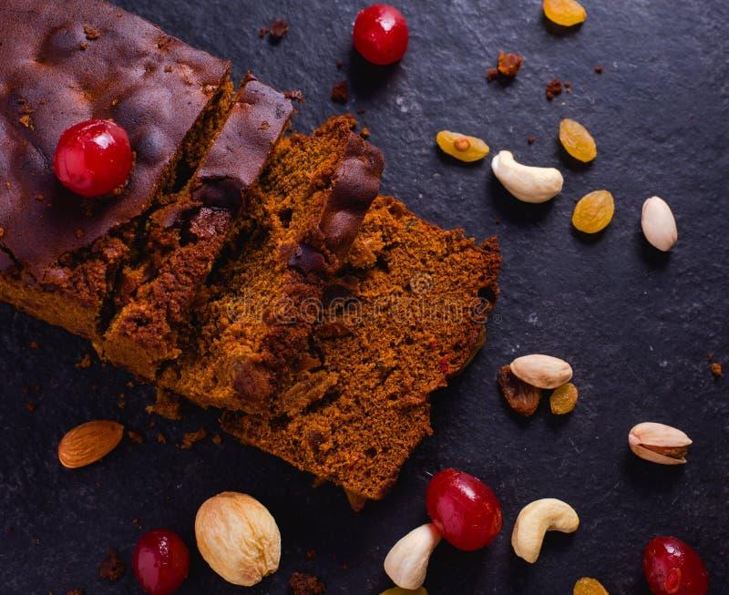 Gebakken Plum Cake On Stone Background met Droge Vruchten royalty-vrije stock afbeelding