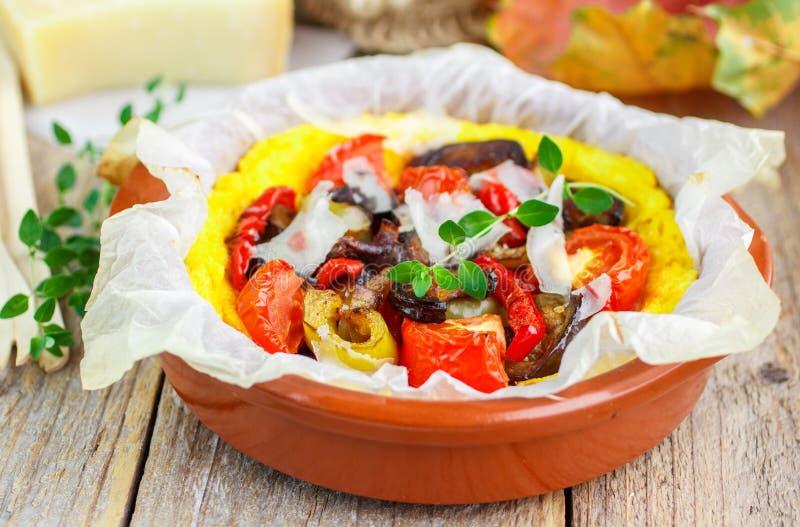 Gebakken polenta met tomaten, aubergine, groene paprika en thyme stock afbeelding