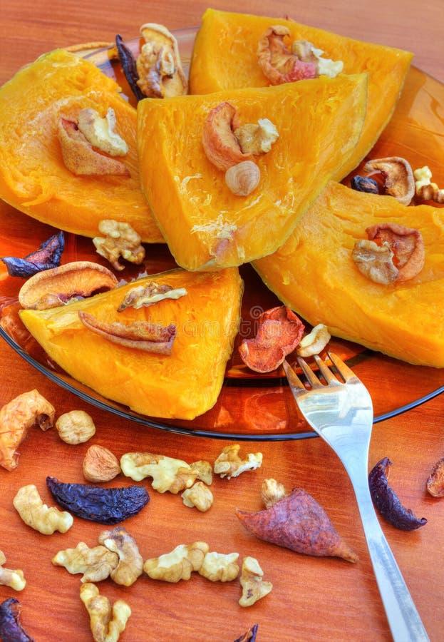 Gebakken pompoen met droge vruchten en noten royalty-vrije stock afbeeldingen