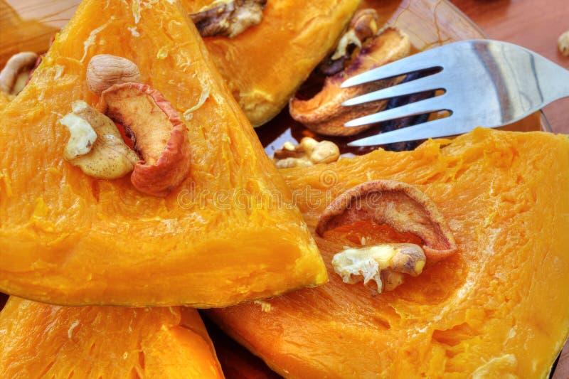 Gebakken pompoen met droge vruchten en noten stock foto's