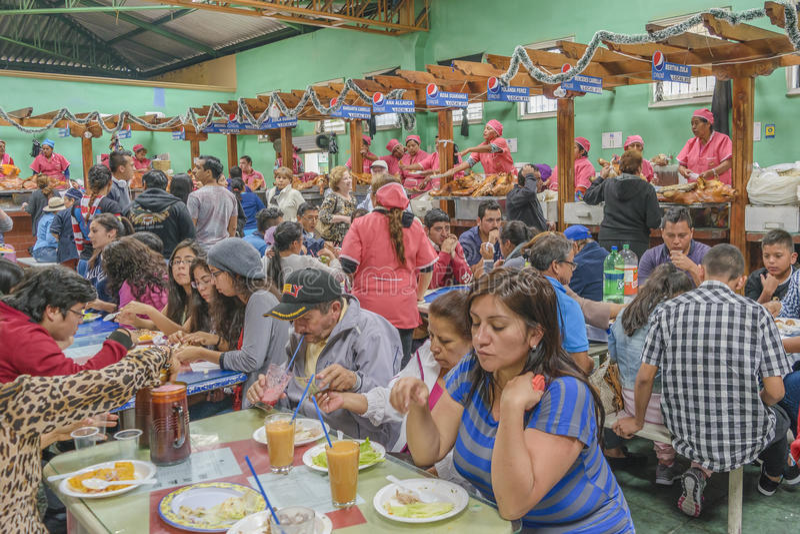 Gebakken Porks bij Traditioneel Voedselhof in Riobamba Ecuador stock fotografie