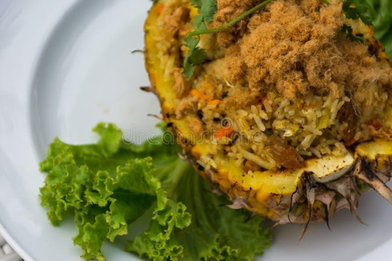 Gebakken rijst met ananas stock afbeeldingen