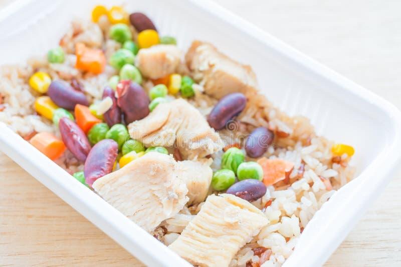 Gebakken rijst met graangewas en kip stock afbeelding