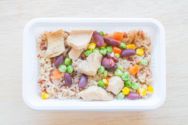Gebakken rijst met graangewas en kip royalty-vrije stock afbeelding