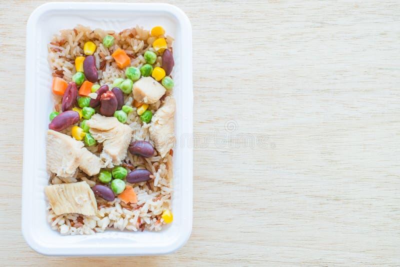 Gebakken rijst met graangewas en kip stock foto's