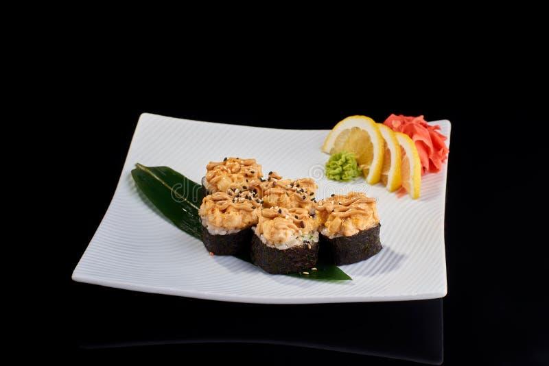 Gebakken Sushibroodje met toppositie, zalm en kruidige kammosselen royalty-vrije stock fotografie