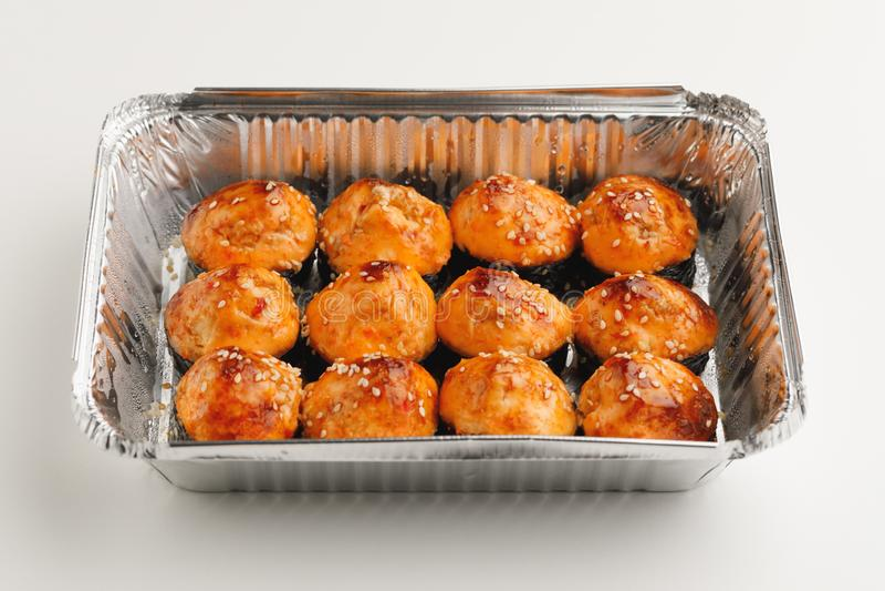 Gebakken sushibroodjes in een container van de foliedoos royalty-vrije stock afbeelding