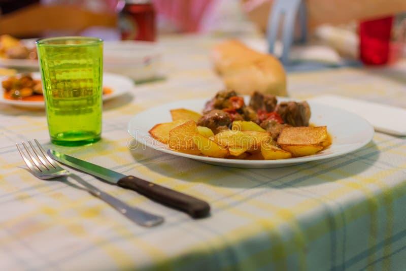 Gebakken varkensvleesribben met sojasaus en groente stock afbeeldingen