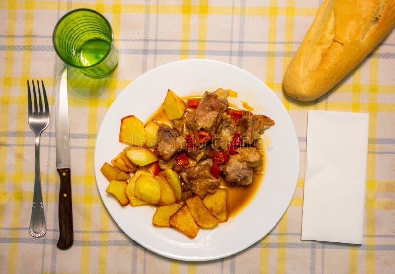 Gebakken varkensvleesribben met sojasaus en groente stock foto