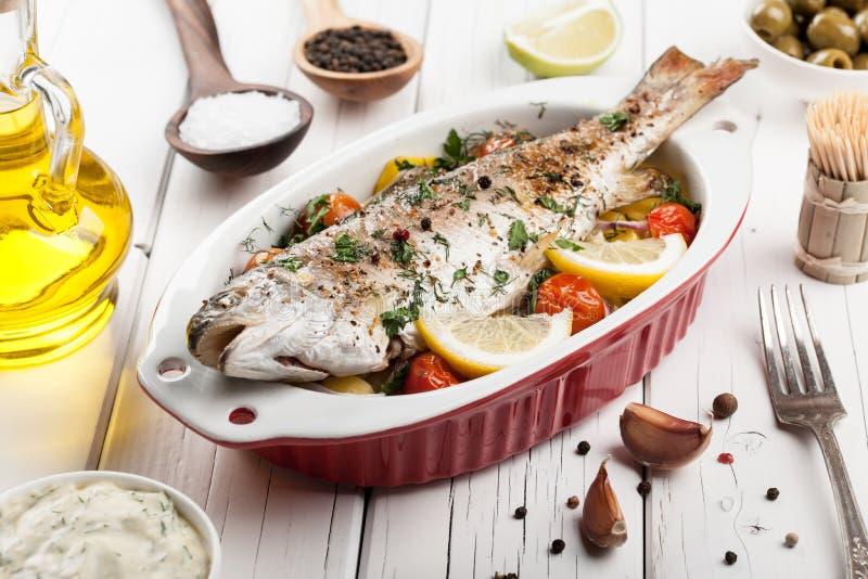 Gebakken vissenforel met groenten stock foto