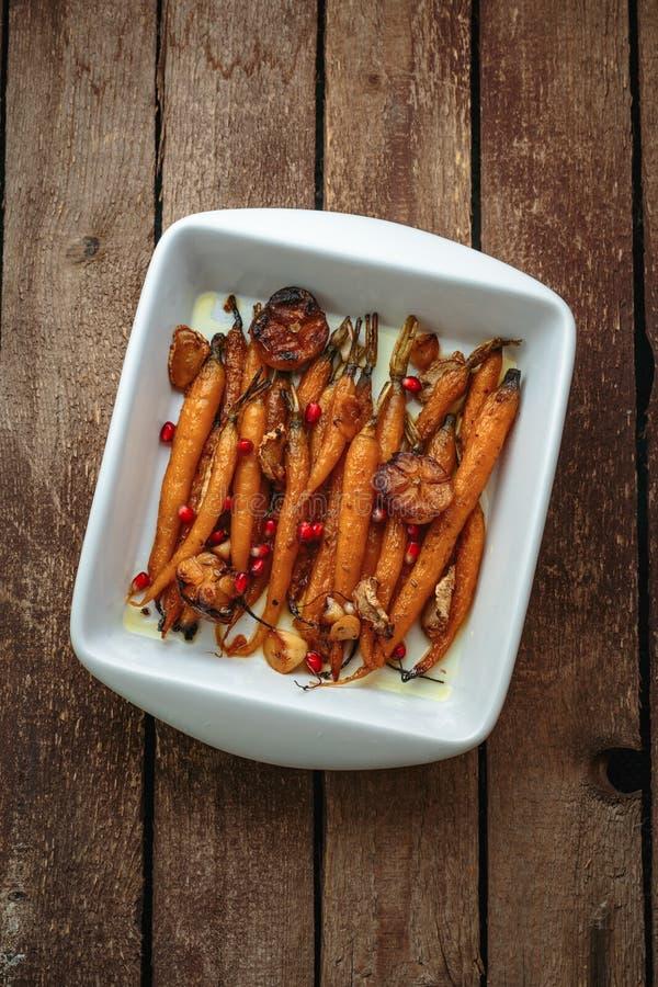 Gebakken wortelen met knoflook en orego, exemplaarruimte royalty-vrije stock foto