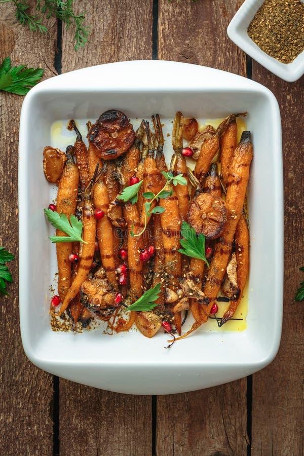 Gebakken wortelen met knoflook en orego, exemplaarruimte royalty-vrije stock foto's