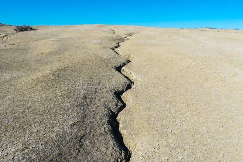 Gebarsten aarde, aardbeving stock foto