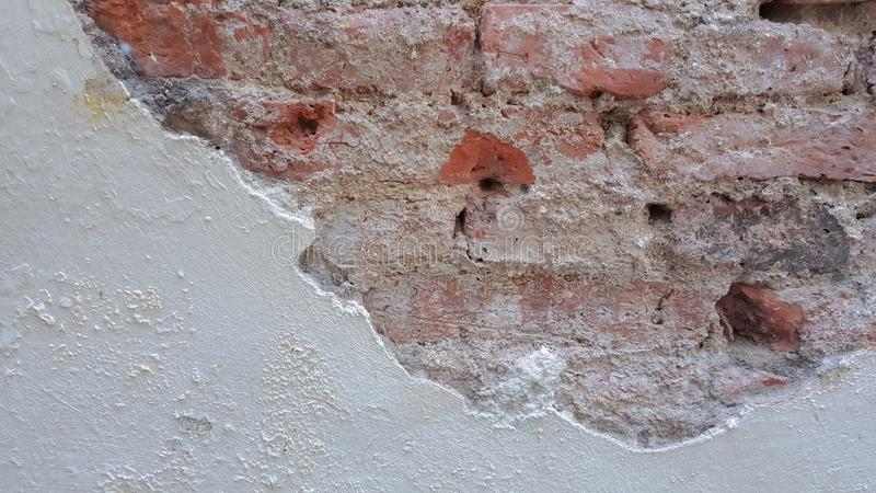 Gebarsten bakstenen muur voor achtergrond stock fotografie