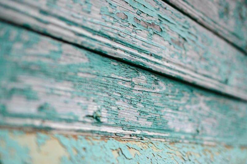 Gebarsten blauwe verf op het grijze hout royalty-vrije stock afbeelding
